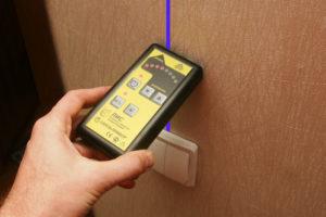 индикаторной отверткой найти проводку в стене