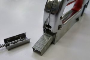 Как правильно вставить скобы в степлер