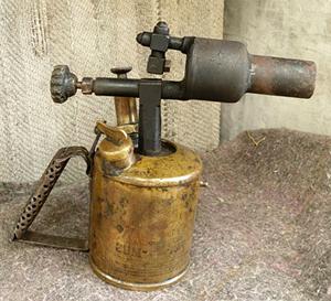 Какое устройство у бензиновой паяльной лампы